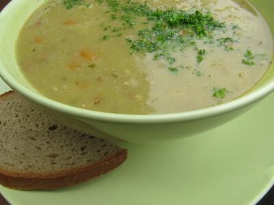 Ernährung | Teller Erbsensuppe mit Scheibe Brot (c) olga meier-sander  / pixelio.de