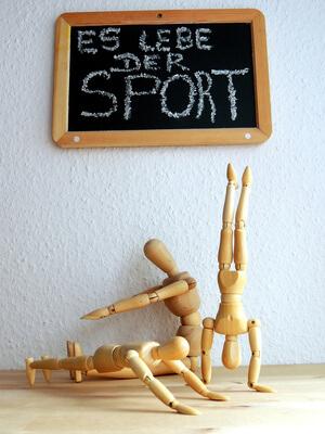 Sport | Holzfiguren turnen (c) Juergen Jotzo  / pixelio.de