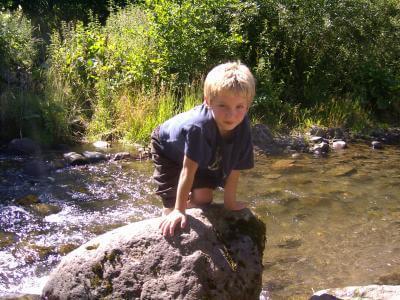 Junge am Fluss (c) S. Hofschlaeger  / pixelio.de