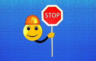Smiley mit STOP-Schild (c) Markus Vogelbacher / pixelio.de