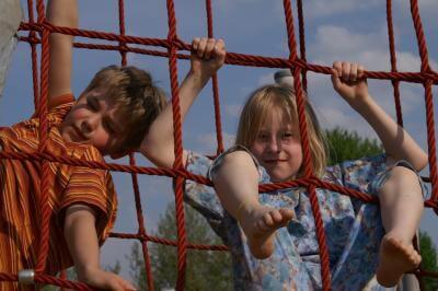 Kind | 2 Kinder klettern an Seilwand (c) S. Hofschlaeger  / pixelio.de
