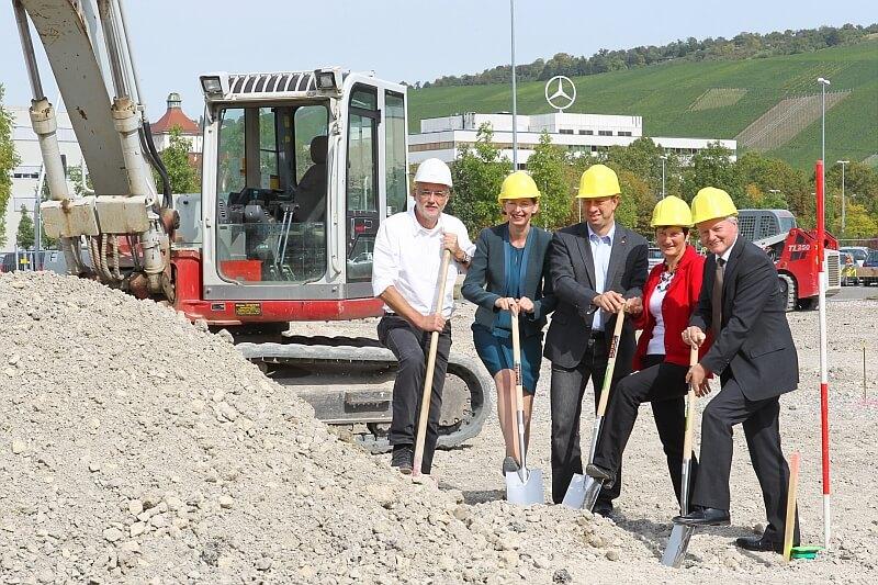 (v. l.) Horst Detzen, Architekt Werk- und Fabrikplanung, Ulrike Barthelmeh, Projektleiterin sternchen-Kinderkrippen, Wolfgang Nieke, Betriebsratsvorsitzender des Werks Untertürkheim, Ingrid Lepple, stellvertretende Betriebsratsvorsitzende Daimler Zentrale