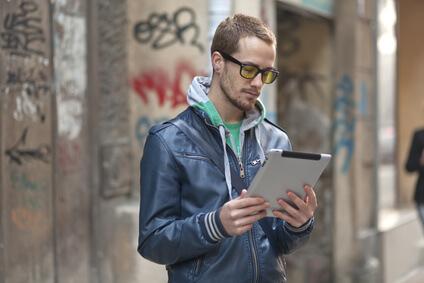 Computer | Mann schaut auf iPad - Fotolia_40446339_XS © Adam Radosavljevic - Fotolia.com