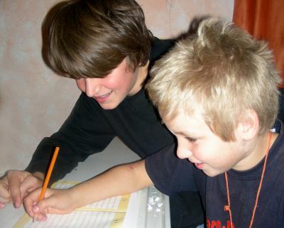 Schule | Jugendlicher gibt Jüngerem Nachhilfe (c) S. Hofschlaeger / Pixelio.de