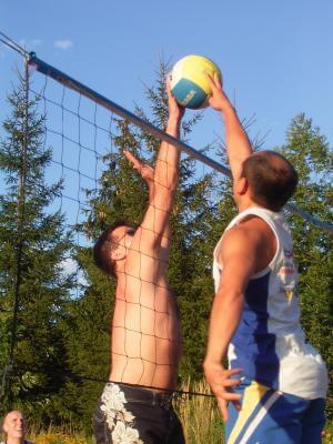Jugendliche spielen Volleyball (c) MThoma / pixelio.de