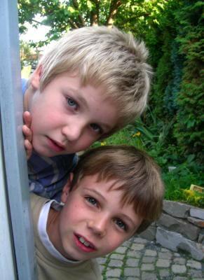 Kinder schauen hinter der Ecke vor (c) S. Hofschlaeger / pixelio.de