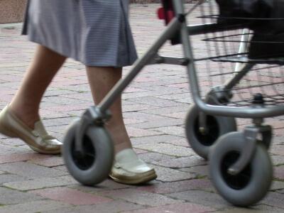 Seniorin mit Rollator (c) matchka / pixelio.de