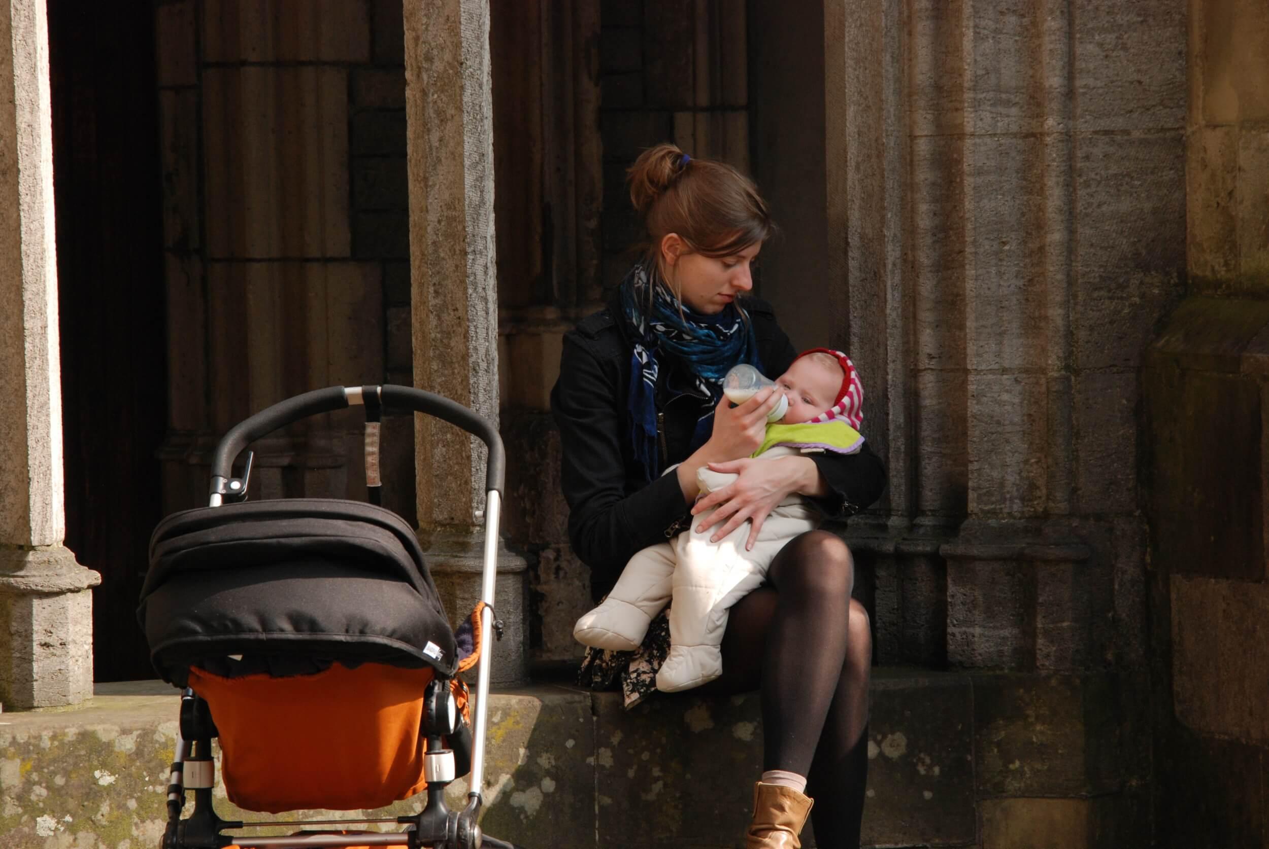 Baby wird mit Flasche gefüttert (c) mrsbrown / pixabay.de