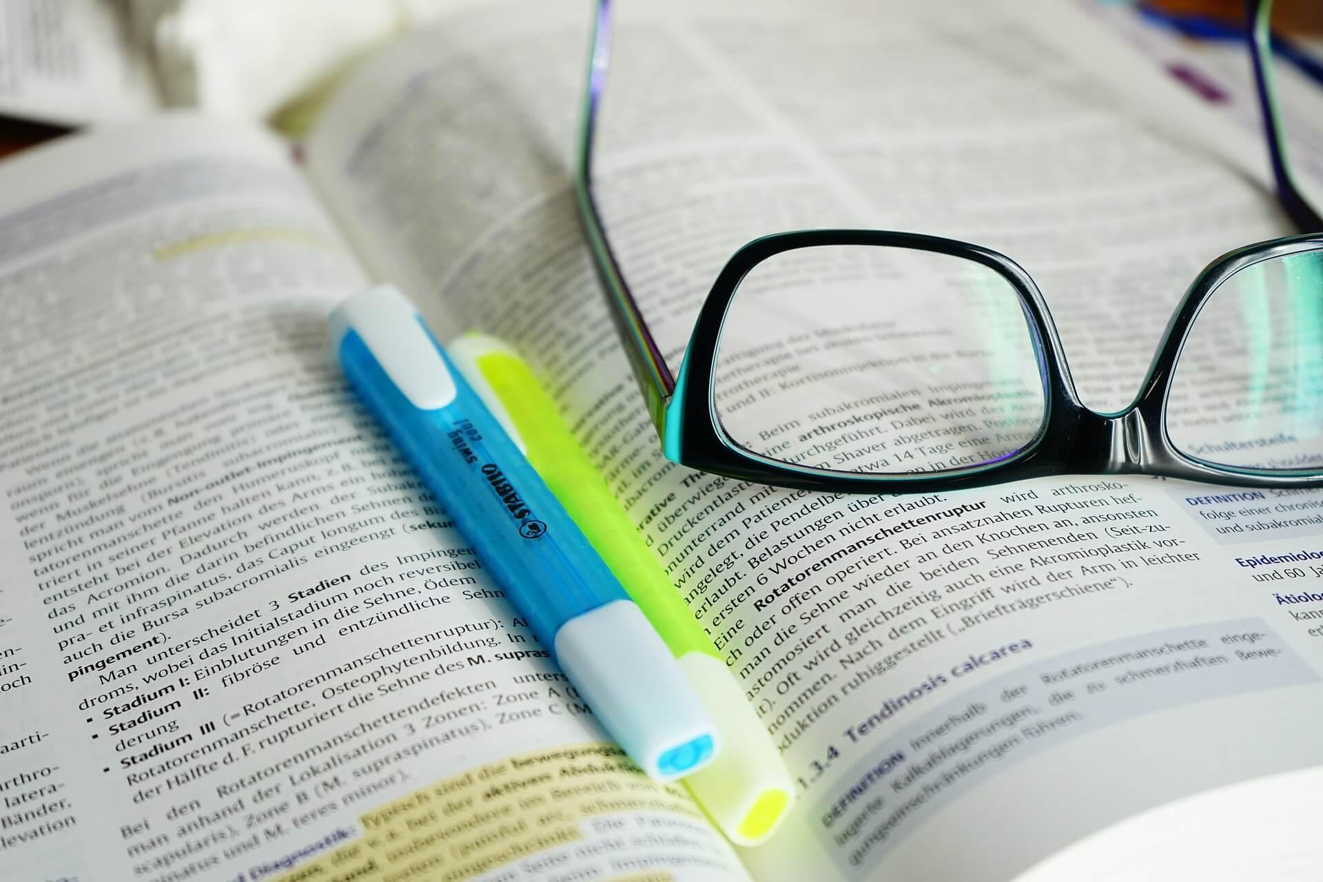 Bildung als Basis für Erfolg in Beruf und Privat (c) Hans / pixabay.de