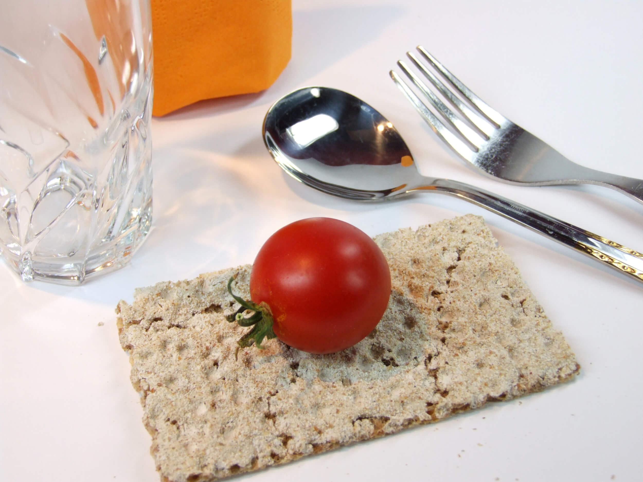 Ernährung | diät - Knäckebrot mit Tomate (c) U. Herbert / pixelio.de