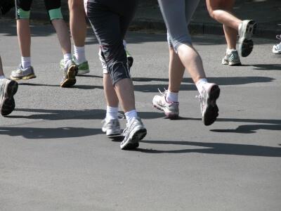 Erwachsene laufen (c) Klicker  / pixelio.de