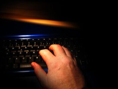 Computer | Finger auf der Tastatur (c) Gerd Altmann / pixelio.de