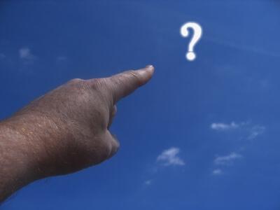 Hand zeigt auf Fragezeichen (c) Gerd Altmann / pixelio.de