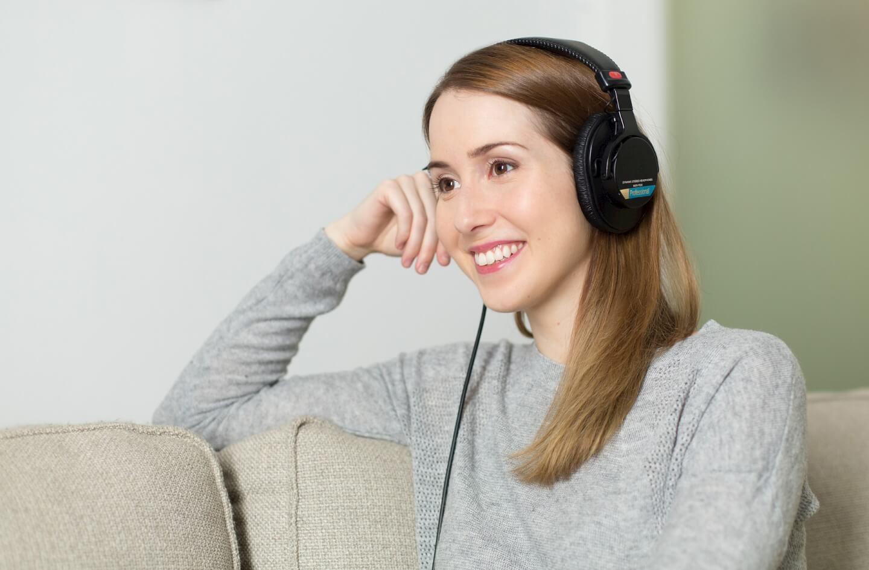 Frau hört auf dem Sofa Musik (c) PourquoiPas / pixabay.de