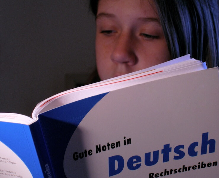 Frau liest in Deutschbuch (c) claudia hautumm / pixelio.de