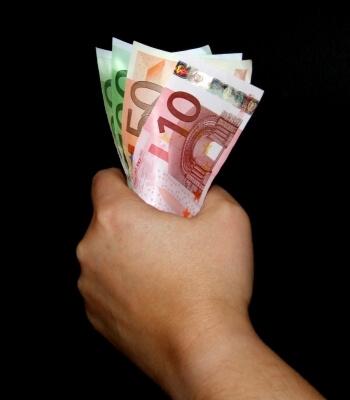 Geld | Geldscheine in der Hand (c) Uta Herbst / pixelio.de