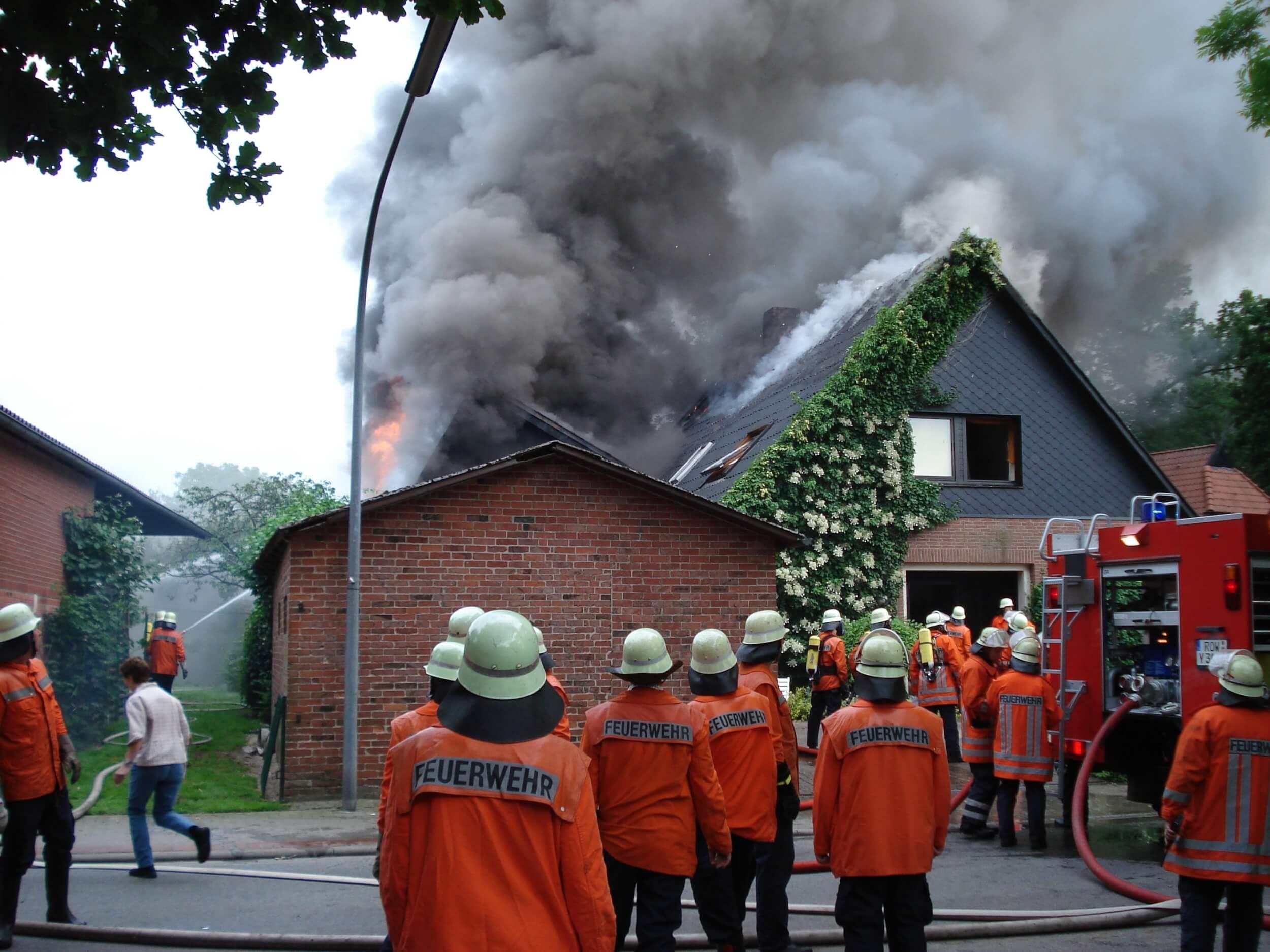 Hausbrand und Feuerwehreinsatz (c) beeki / pixabay.de