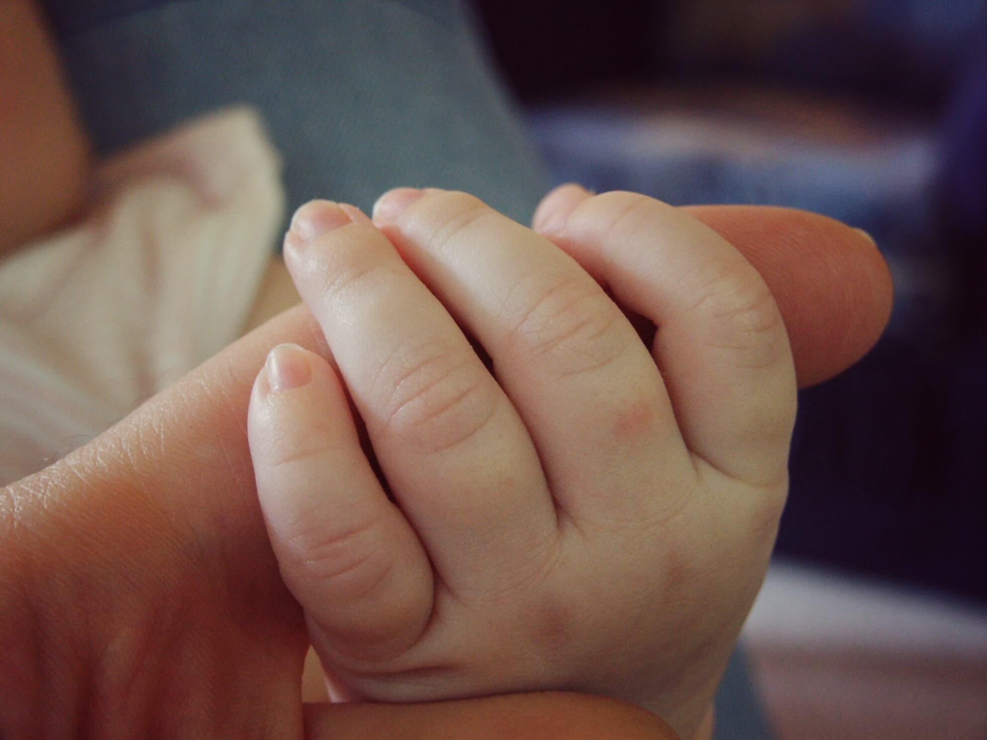 Kinder- und Babysitter betreuen liebevoll (c) 1045373 / pixabay.de