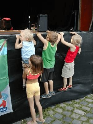 Kinder | 4 neugierige Kinder (c) Henning Hraban-Ramm / pixelio.de