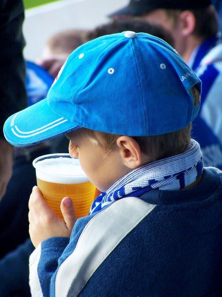 Kleiner Fan mit Bier (c) Verena N. / pixelio.de