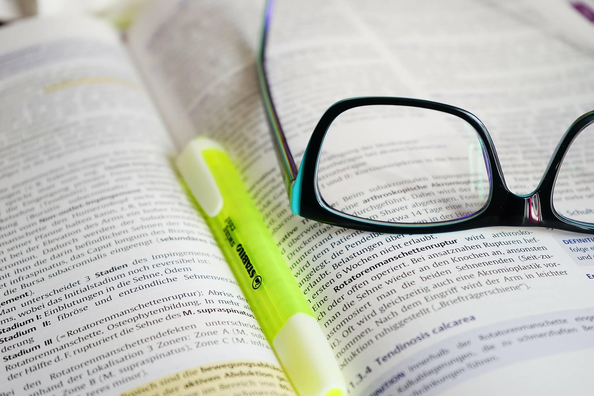 Lesebrille beim Studium auf dem Fachbuch (c) Hans / pixabay.de