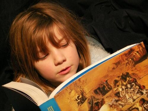 Mädchen liest im Buch (c) momosu / PIXELIO.de