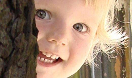 Kind | Mädchen versteckt sich hinter Baum (c) Tina Lehmann / pixelio.de