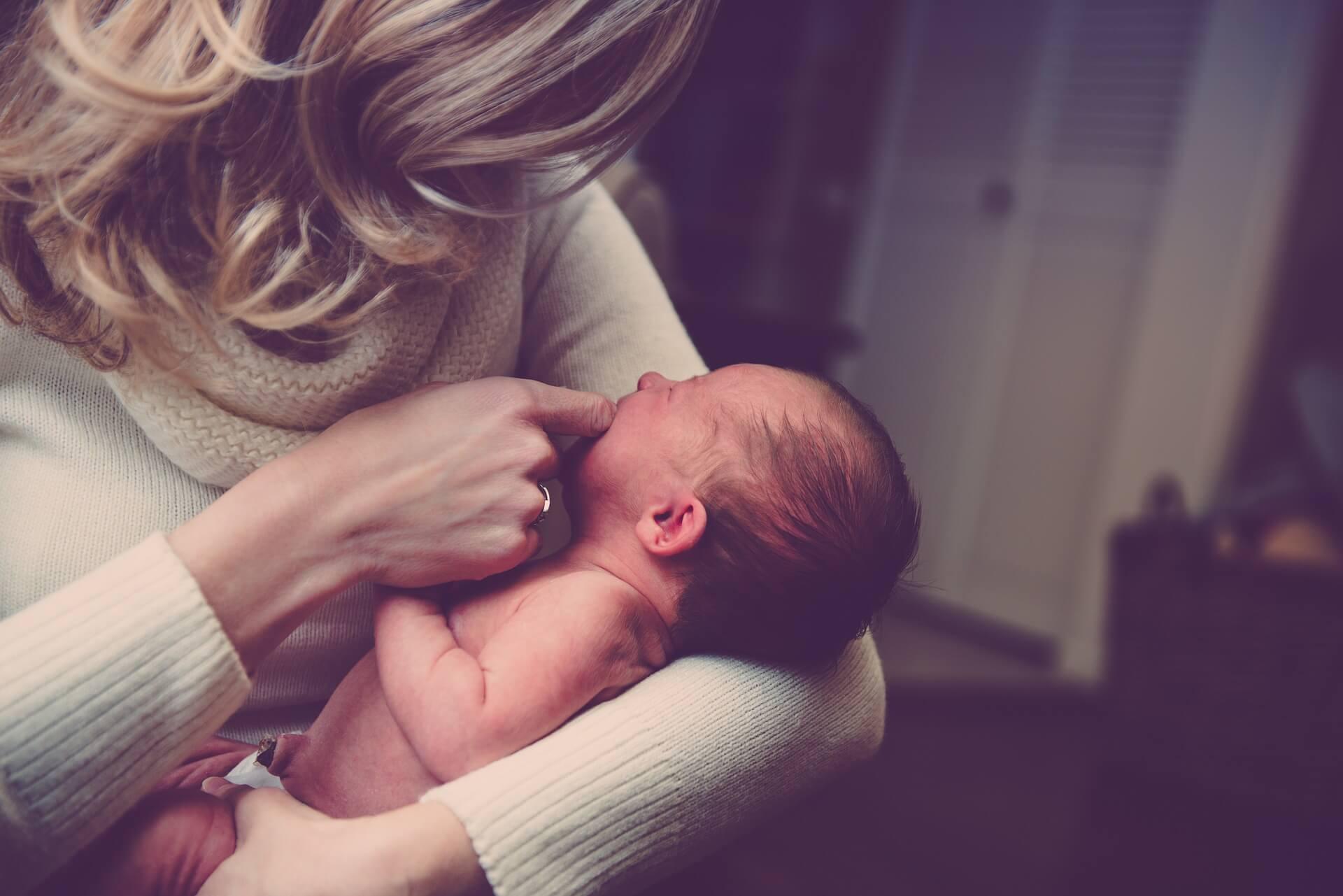 Mutter mit Kleinkind auf dem Arm (c) fancycrave1 / pixabay.de