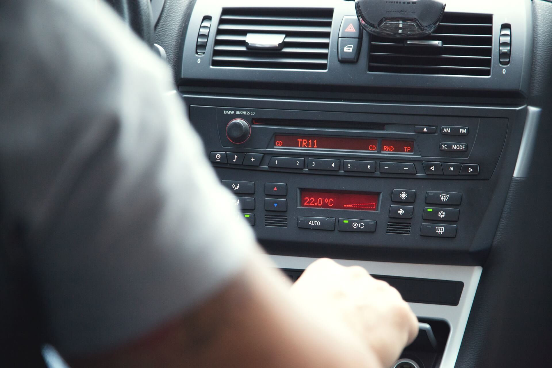 Pendler mit Radio im Auto (c) splitshire / pixabay.de