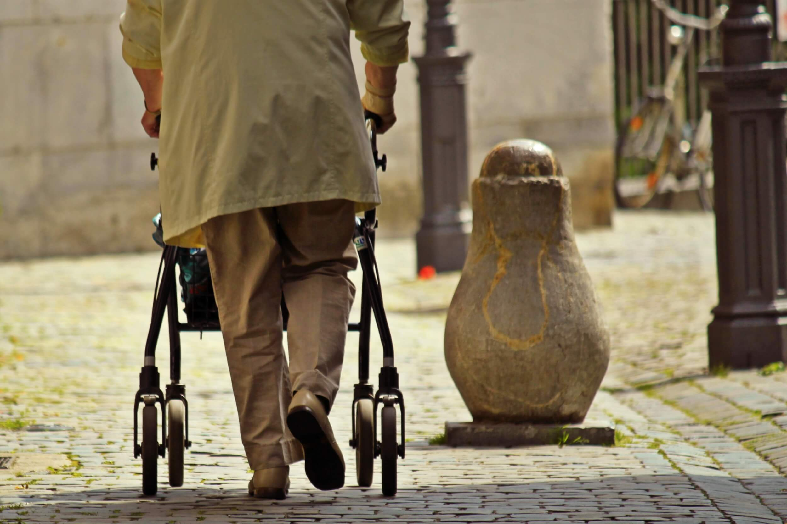 Pflege|Seniorin mit Rollator im Seniorenheim (c) cocoparisienne / pixabay.de