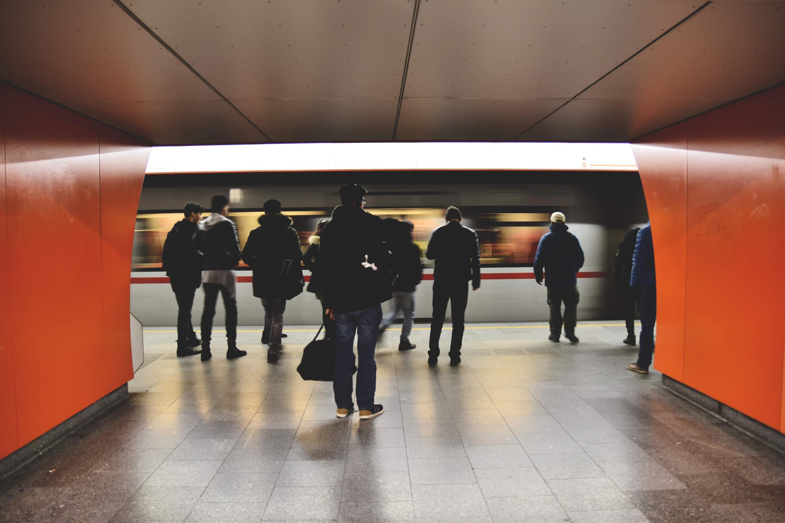 Rückkehrwillige Fachkräfte am Bahnhof (c) pexels / pixabay.de