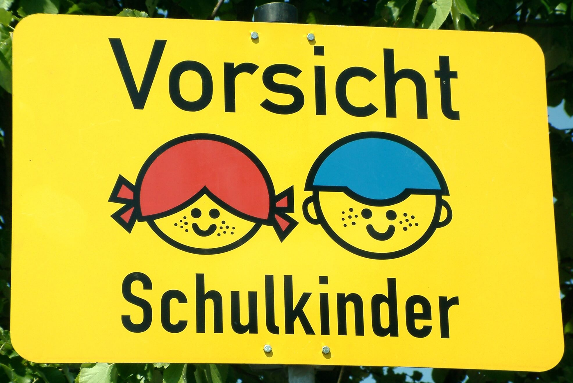 Schulkinder Verkehrsschild (c) Claudia Hautumm / pixelio.de
