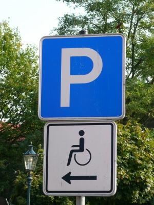 Verkehr | Behindertenparkplatz (c) Gabi Schoenemann / pixelio.de