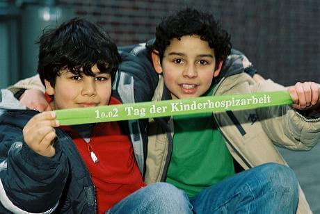 Kinder halten Band mit Aufschrift (c) deutscher-kinderhospizverein.de