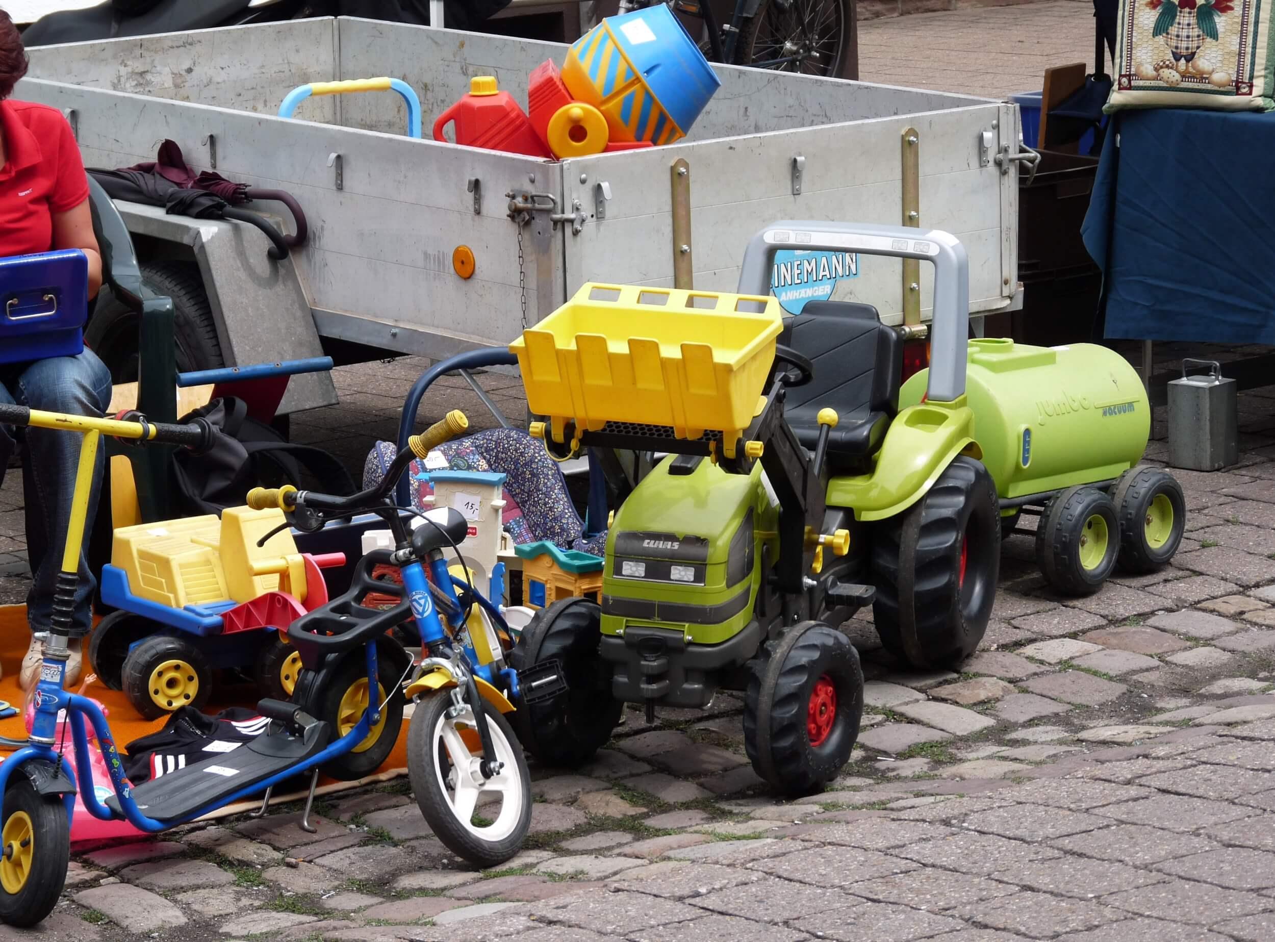 Trödelmarkt mit Kinderspielzeug (c) Dieter Schütz / pixelio.de