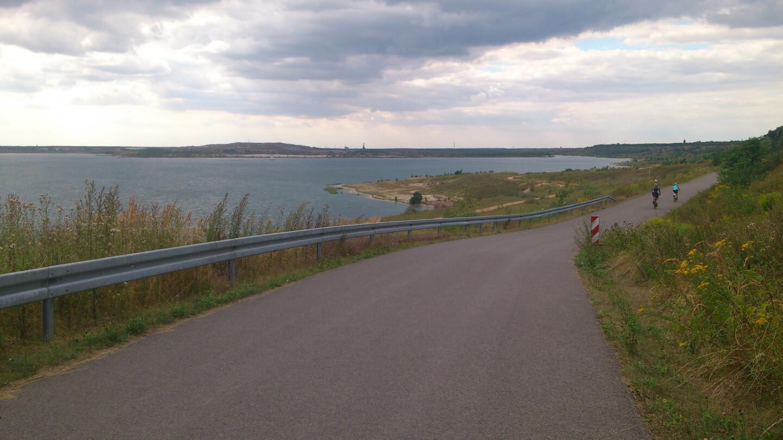 Fahrradweg am See (c) familienfreund.de
