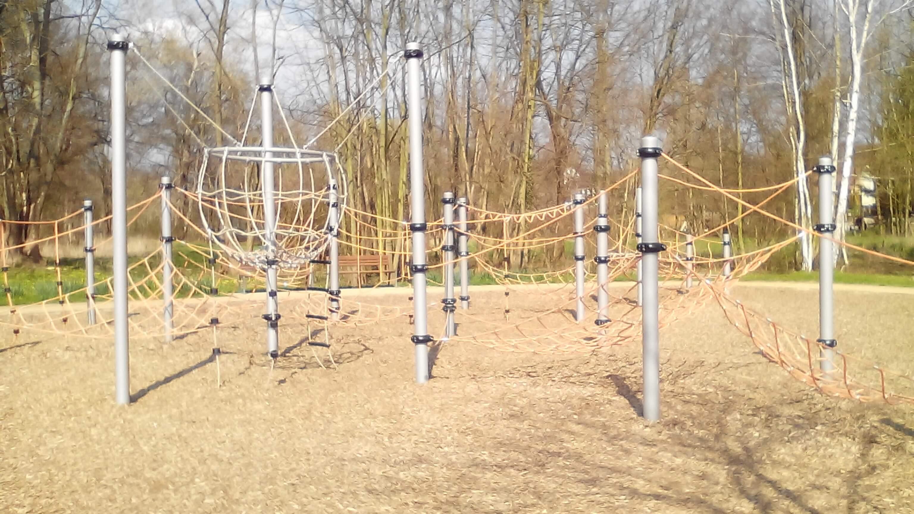 Spielplatz Kinder Klettergerüst (c) familienfreund.de