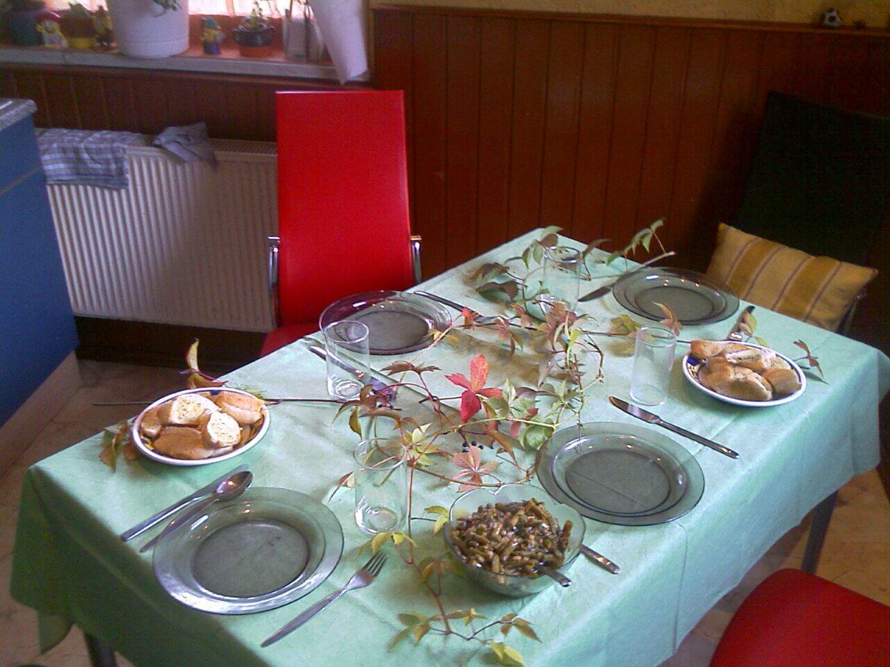 Essen gedeckter Tisch Dekoration (c) familienfreund.de