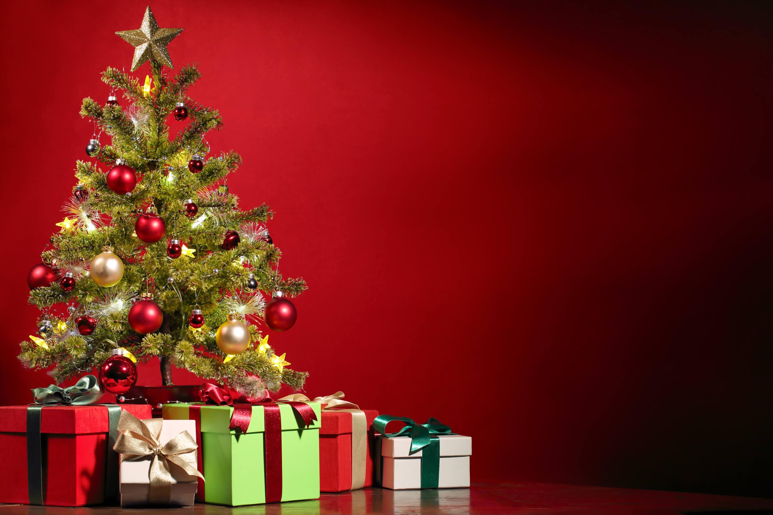 Weihnachtsbaum mit Geschenken (c) pexels / pixabay.de