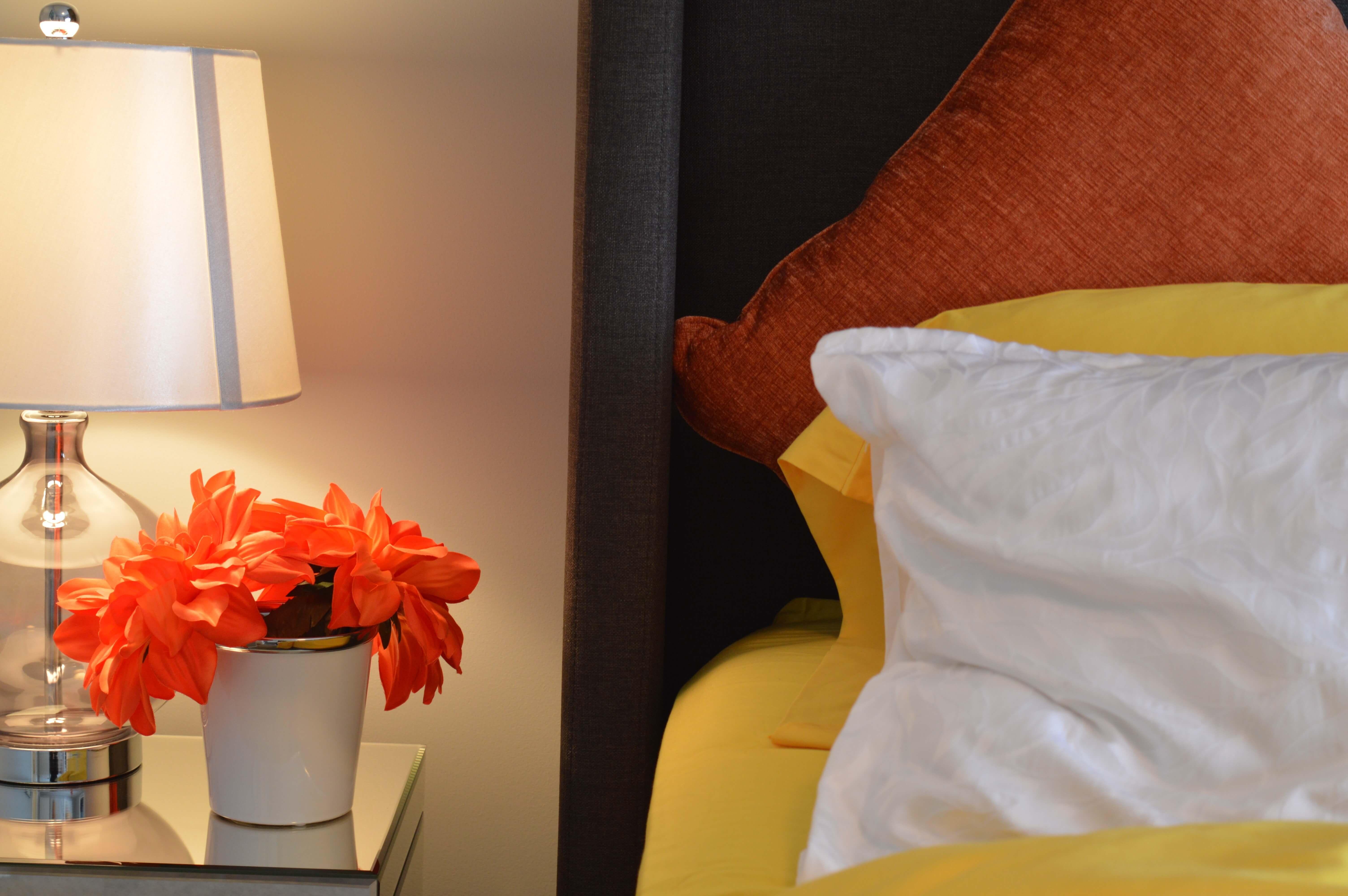 Bett und Nachtschrank im Schlafzimmer (c) erikawittlieb pixabay.de