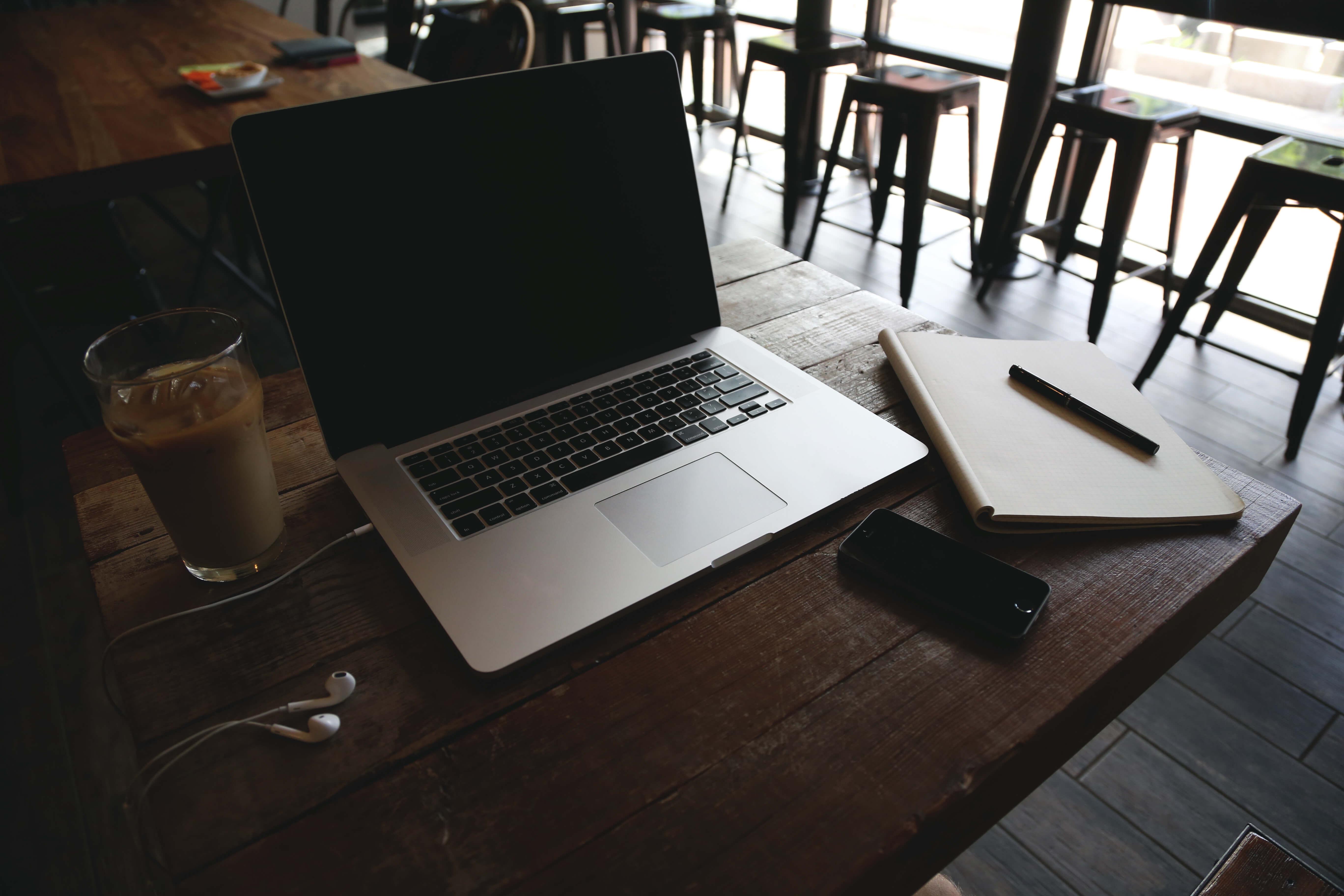 auch im Cafe oder Homeoffice läßt es sich gut arbeiten (c) 50stock.com
