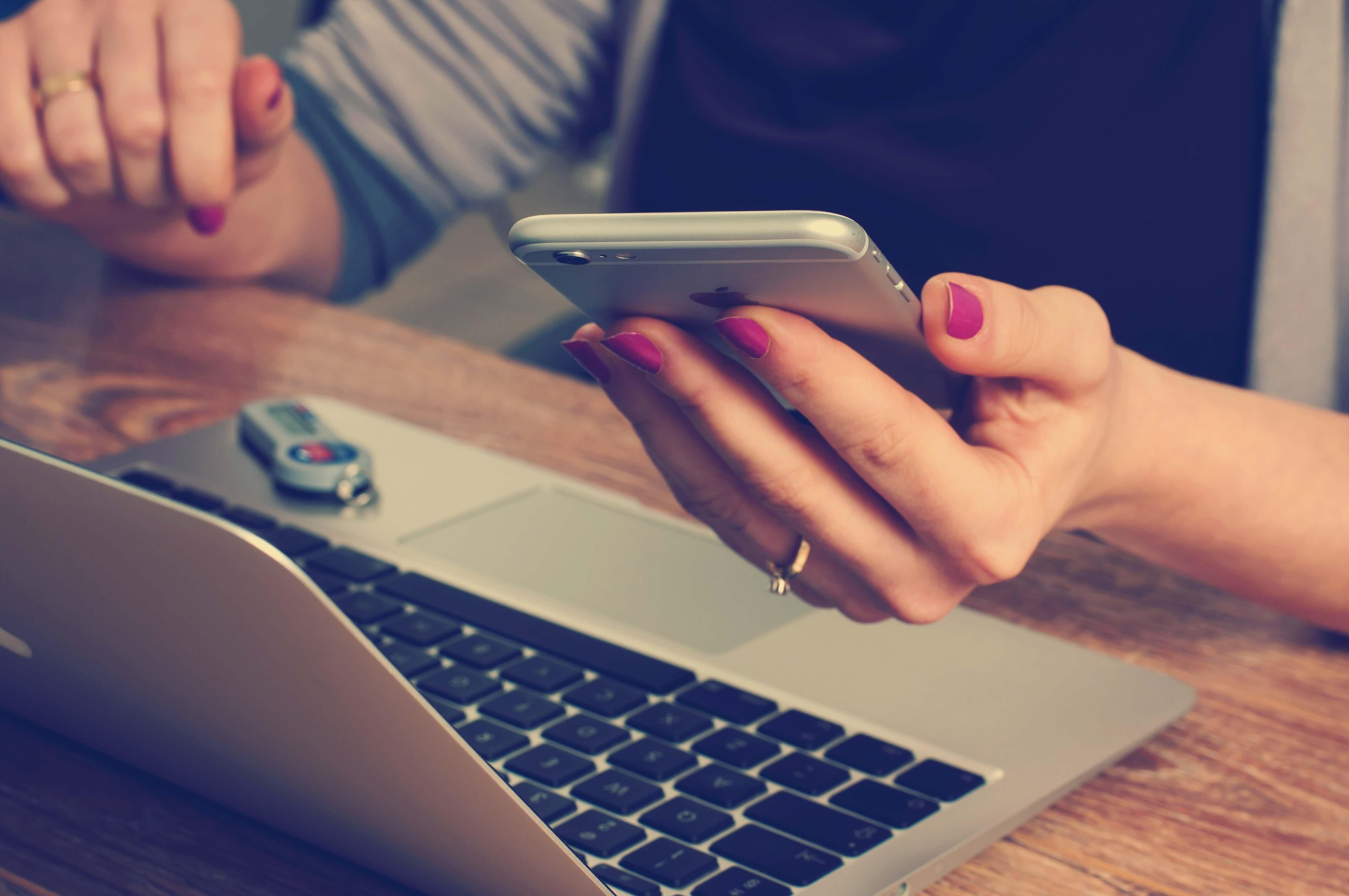 always online - am Laptop und Smartphone (c) 50stock.com