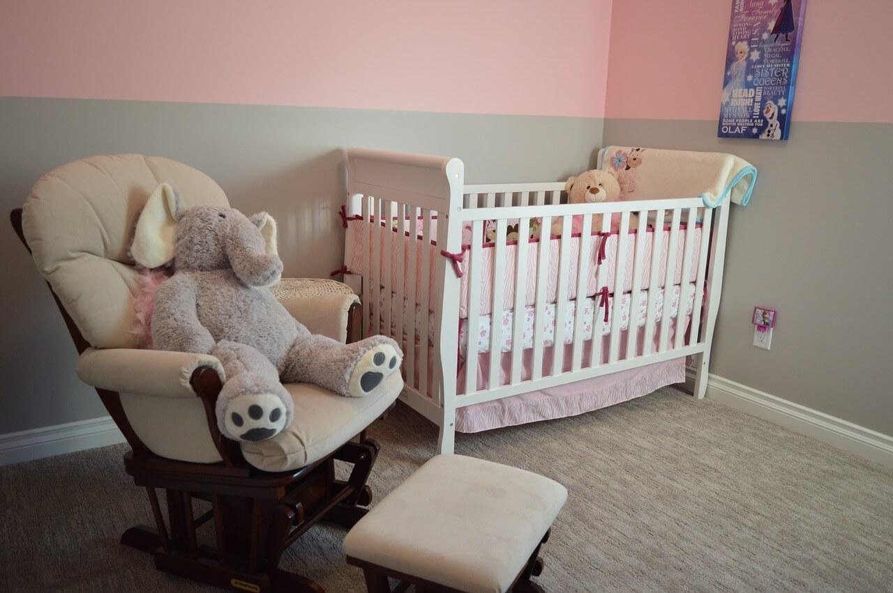 Babywiege und Stillsessel im Babyzimmer (c) ErikaWittlieb / Pixabay