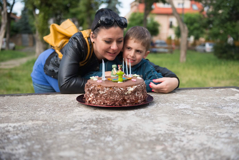 Die Geburtstagsparty ist erst mit der Torte komplett (c) zen23 / pixabay.de